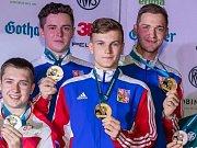 Radek Tichý (vpravo vzadu) s medailí.