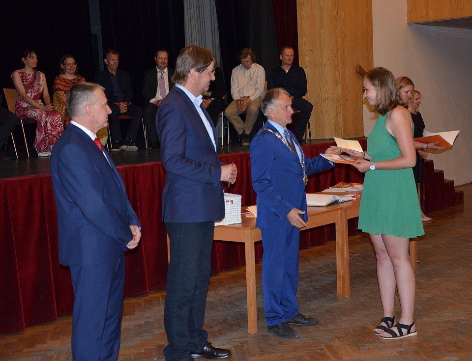 Ze slavnostního předávání maturitních vysvědčení gymnazistům v kulturním centru v Novém Strašecí.