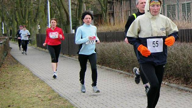 Záběr z prvního kilometru - v čele skupinky Ivana Ryšavá z Rudy.
