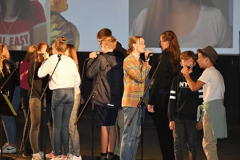 Kapela The Smallpeople vystoupila v rakovnickém letním kině při promítání klipů, které děti vytvořily v době lockdownu.