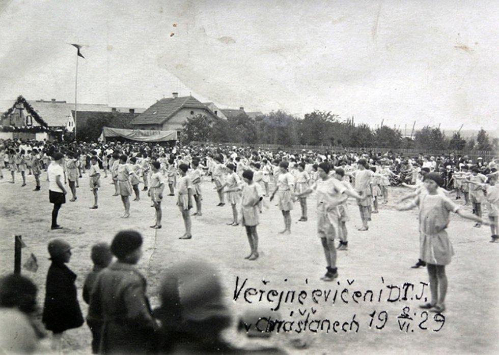 Veřejné cvičení DTJ v Chrášťanech v roce 1929.