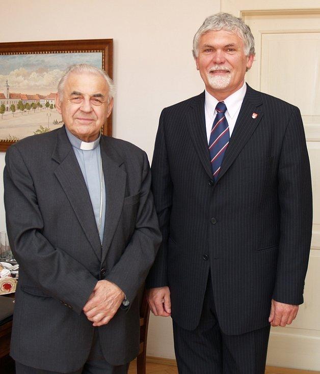 Kardinál Miloslav Vlk a starosta města Pavel Vaic.