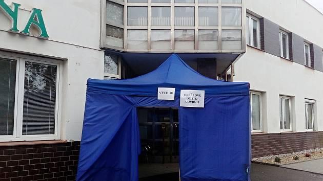 Odběrové místo na testování na covid-19 před Masarykovou nemocnicí v Rakovníku.