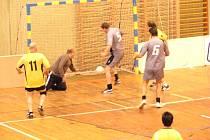 Miloslav Mrázek (5) posílá míč do svatyně, kterou hájí Milan Polák.