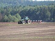 Sklizeň máku v LUPOFYTU Chrášťany na polích v Lužné.