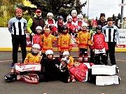 Červený a bílý tým HBC Rakovník, které na turnaji obsadily první dvě místa.