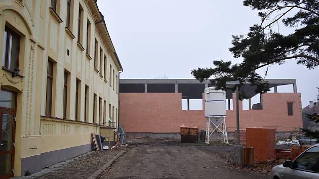 Stavba tělocvičny u luženské základní školy.