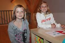Děti ze družiny 2. základní školy malují pohádky v roubence Lechnýřovna