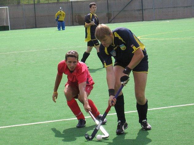 Do turnajových bojů Anexia Cupu 2007 aktivně zasáhl i rakovnický trenér Pavel Hraba, který právě obírá o míček jednoho z Bratislavanů.