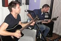 Večerem se nesly skladby v podání sehraného dua Honza Staněk a Michal Novák, kteří spolu účinkují v kapele 2ND.