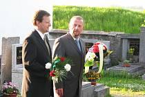 Jaromír Jermář (vlpravo) a Marcel Chládek před hrobem Charlotty Garique - Masarykové v Lánech