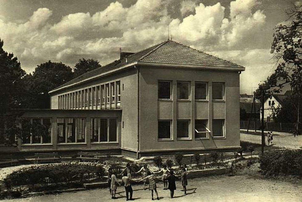 Šanov, škola v roce 1965.