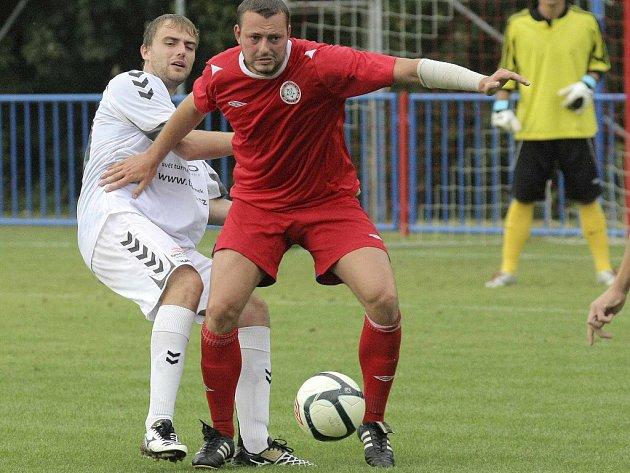 Fotbalisté Třebíče (v červeném dresu obránce Květoslav Havránek) po nemastném startu s nováčkem z Vracova zabrali. V minulém kole si přivezli výhru 2:1 z Bohunic, tentokrát doma udolali nebezpečný tým Vyškova.