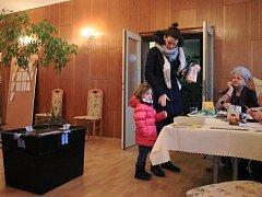 Volební místnost v Jesenicích sloužila pro oba okrsky společně. Každý okrsek měl vlastní stůl i urnu.
