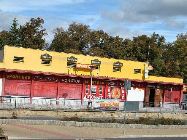 Budova zvaná Letiště na autobusovém nádraží v Rakovníku