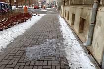 Ledové a kluzké nebezpečí číhá na chodce téměř v každé ulici. Mnoho okapů totiž končí nad chodníkem, který se stává neschůdným.