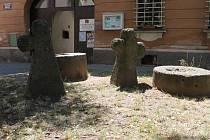 Ovčácké kříže před Vlastivědným muzeem v Jesenici