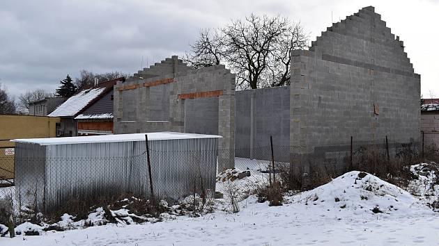 Vznik zázemí pro úklidové stroje za kulturním domem v Pavlíkově.