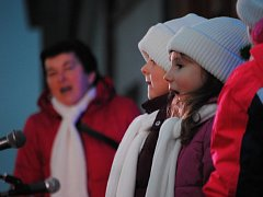 Na slavnostní rozsvícení vánočního stromu v Rakovníku dorazily stovky lidí.