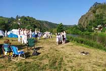 Do kempu U Jezu v Račicích zavítali v srpnu také skupinka vodáků ve stylu Freddieho Mercuryho. Tatínci si sebou vzali i svoje ratolesti.