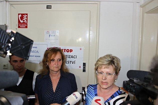 Ředitelka Masarykovy obchodní akademie Rakovník Radka Soukupová (vpravo) v den protestního pochodu.