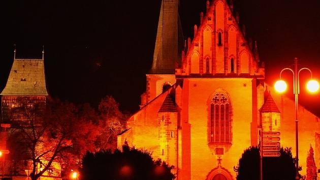 Kostel sv. Bartoloměje v Rakovníku v noci.