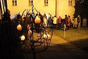 Světly svíček se letos při Adventním svícení Rakovník rozsvítil už popáté v řadě.