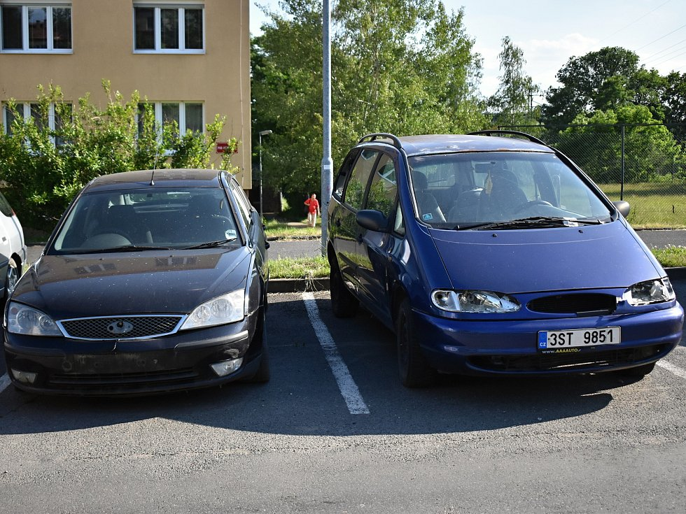 Dva z třinácti autovraků, které se nacházejí v ulici Pod Nemocnicí v Rakovníku.