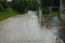 Voda ze Seneckého rybníka se valila do vsi