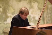 Vystoupení klavíristy Aleše Vítka v Heroldově síni Rabasovy galerie v Rakovníku.