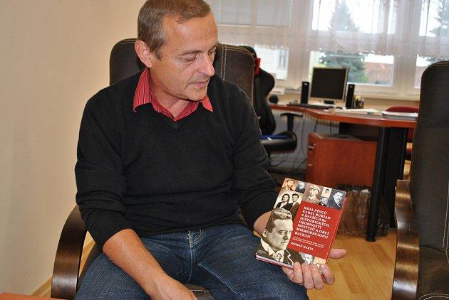 Starosta Pavlíkova Miroslav Truxa s knihou osobností