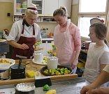 ISŠ Jesenice společně se studenty pořádá pravidelně cukrářské kurzy pro veřejnost. Tématem dvou posledních byly květy a kavárenské dezerty.