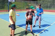 Trenér basketbalistů Brna Lubomír Růžička vedl v rámci minikempu naděje Keltů Nové Strašecí.