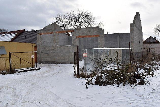 Vznik zázemí pro úklidové stroje za kulturním domem vPavlíkově.
