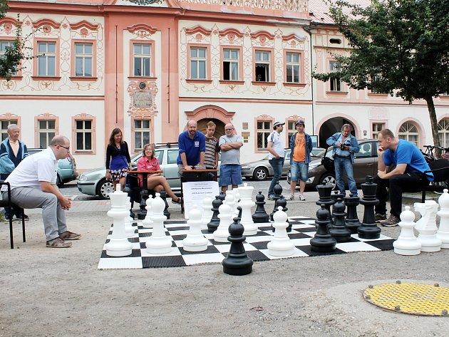 Šachová partie na Husově náměstí v Rakovníku