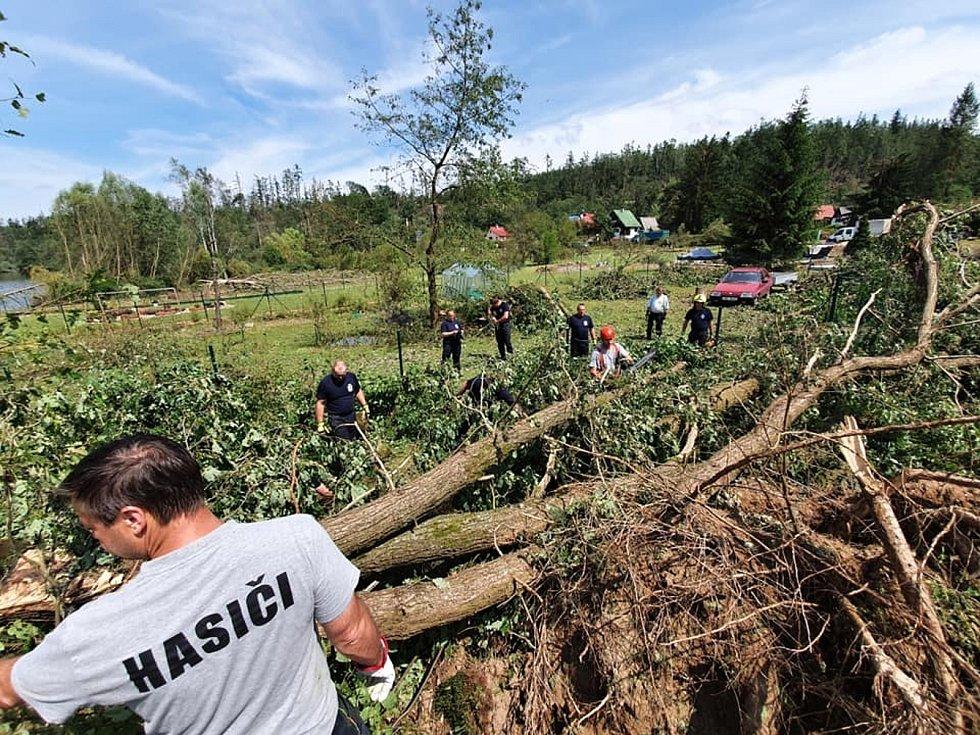 Pomoc Stebnu od dobrovolných hasičů z Čisté.