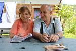 Manželé Miluše a Vladimír Krausovi vzpomínají nad fotkami.