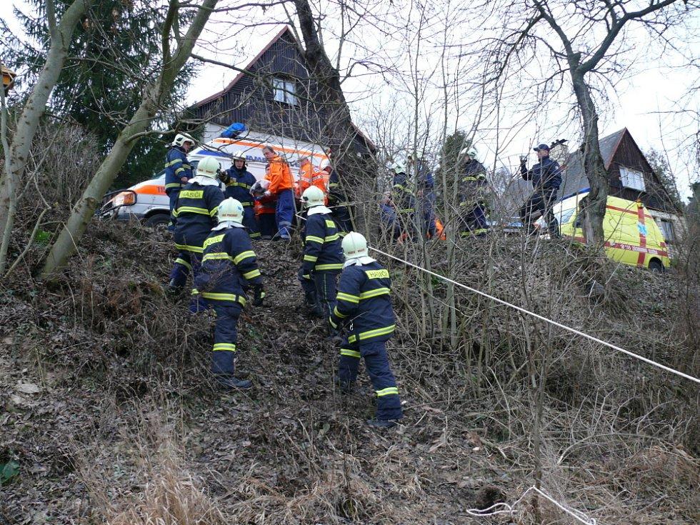 Práce hasičů a záchranky na místě výbuchu