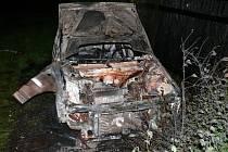 Vrak ohořelého osobního automobilu značky Fiat Uno
