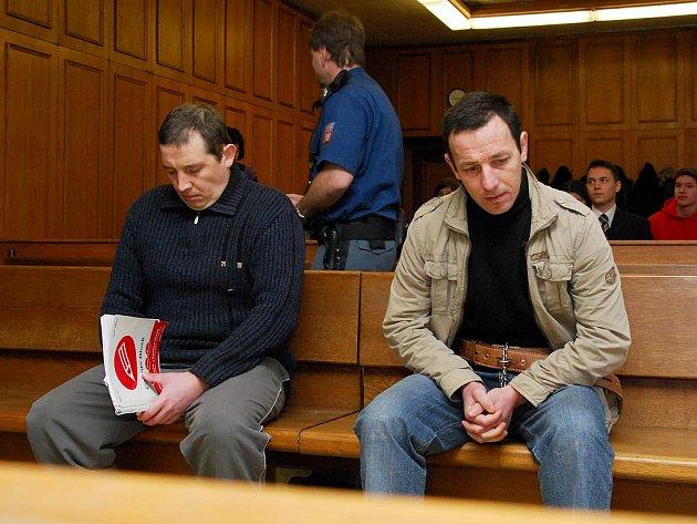 Obžalovaní před soudem svoji účast nepopřeli – odmítají ale, že by spáchali právě to, co jim žalobce klade za vinu.