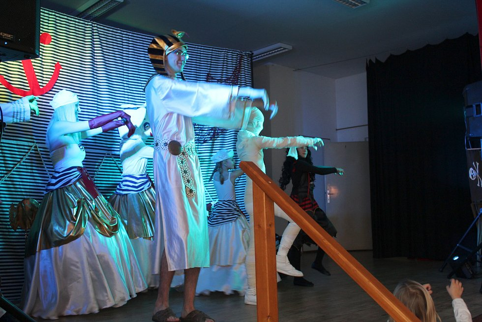 Na dětském karnevale v Malinové děti diskotačily s Barborou Ladrovou a jejími kamarády. Děti  v nejrůznějších maskách s nadšením plnily úkoly, které jim sourozenci Ladrovi se svým týmem připravili.