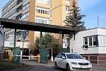 Nad areálem Masarykovy nemocnice v Rakovníku budou stát tři bytové domy s více než šedesáti byty.