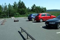 Kvůli překážkám nemohli řidiči zaparkovat.