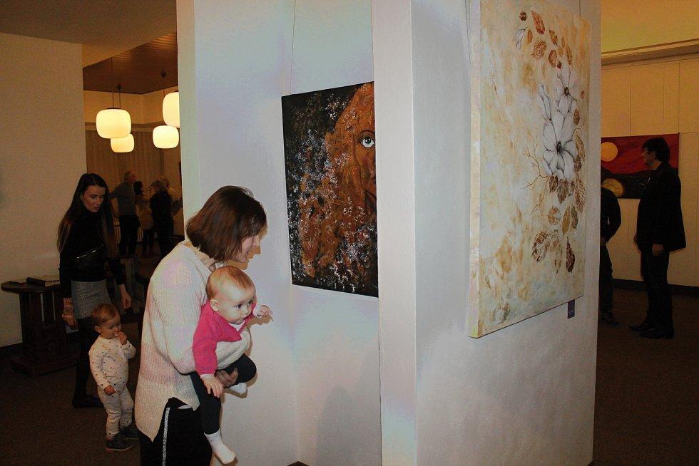 Z vernisáže Jitky Petrusové v Městské galerii Viktora Olivy v Novém Strašecí.