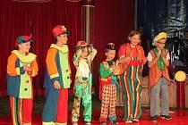 Děti vystupují v cirkuse