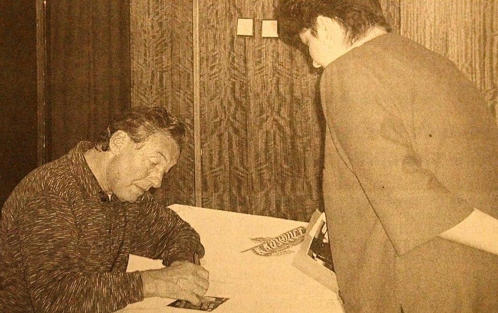 Nejslavnější český zpěvák Karel Gott navštívil Rakovník, konkrétně Kulturní centrum, 1. září 2002.