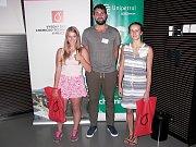 Tři nadějní studenti GZW Rakovník na návštěvě VŠCHT v Praze. V rámci chemických seminářů si vyzkoušeli například výrobu paralenu.