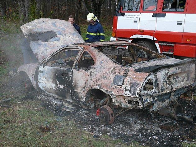 Vrak auta někdo úmyslně zapálil
