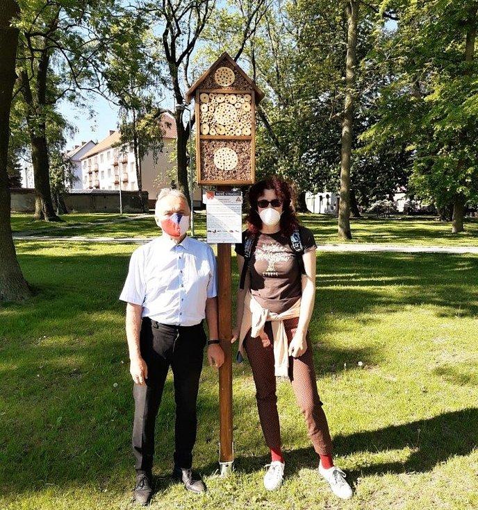 U instalace hmyzího domku nechyběl ani starosta Nového Strašecí Karel Filip.