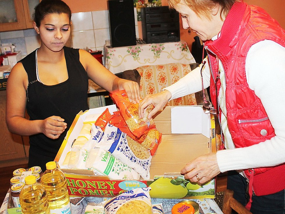 Androméda předává potraviny